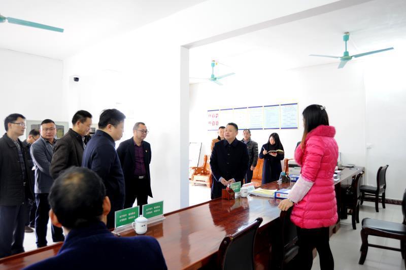 始兴县委书记黄建华在顿岗镇贤丰村了解党建引领基层治理情况。
